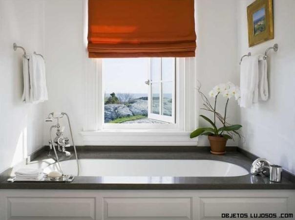 Baños Con Vista Al Exterior:una gran ventaja y es que, una pequeña ventana se encuentra justo al