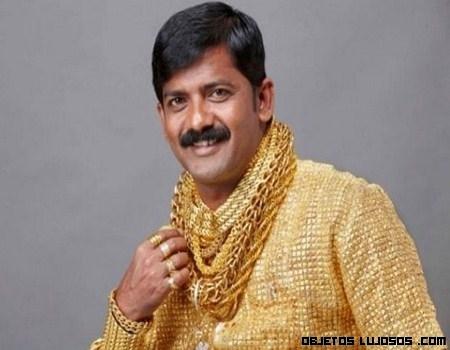 El hombre de oro con su camisa a juego