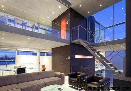 Casa de lujo hecha de cristal for Escaleras de casas de lujo