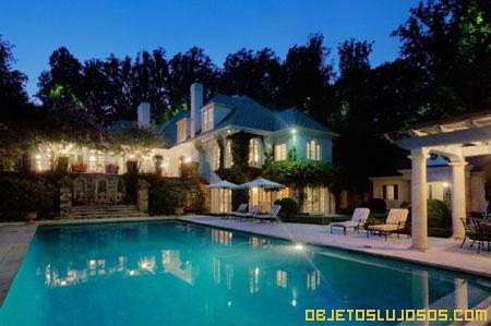 Casa-de-lujo-con-piscina-iluminada