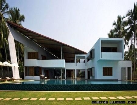 Casa en la India rodeada de cocoteros