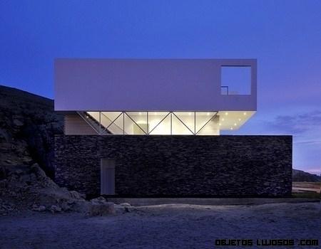 mansión minimalista en Lima a pie de playa