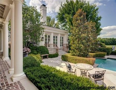 Paseo por la casa de johnny depp for Casas con piscina y jardin de lujo