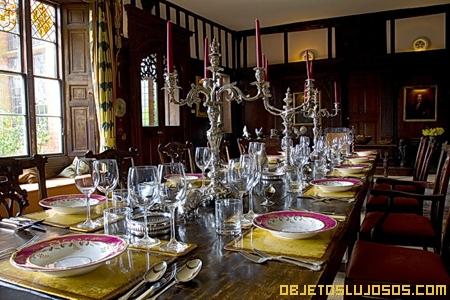 Comedor-elegante-con-candelabros-de-cristal