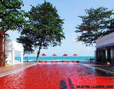 Un hotel de lujo con piscina de agua roja