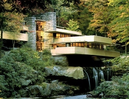 Una casa con cascada