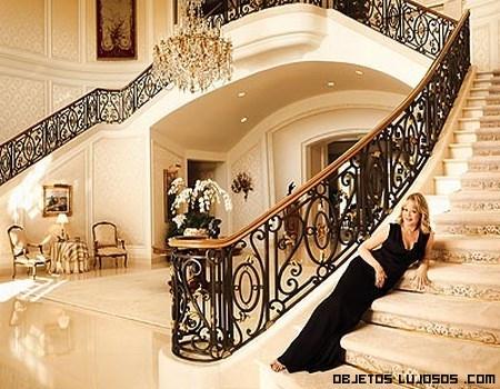 Candy spelling abre las puertas de su casa for Escaleras de casas de lujo