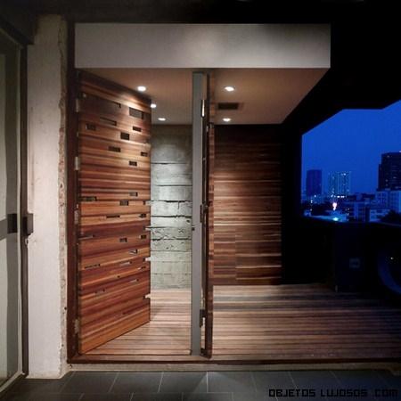 Un piso diferente en bangkok for Puertas con madera reciclada
