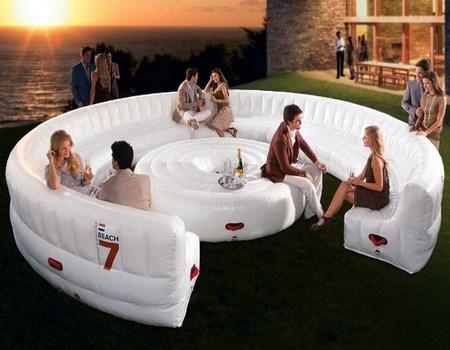 Un sofá inflable para las fiestas en el jardín
