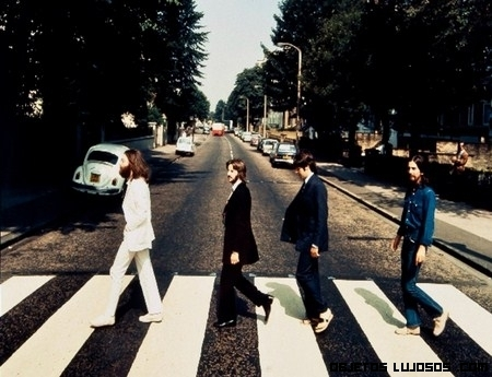Subastan foto de los Beatles cruzando Abbey Road