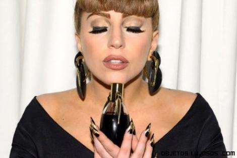 Look Lady gaga en dorado y negro