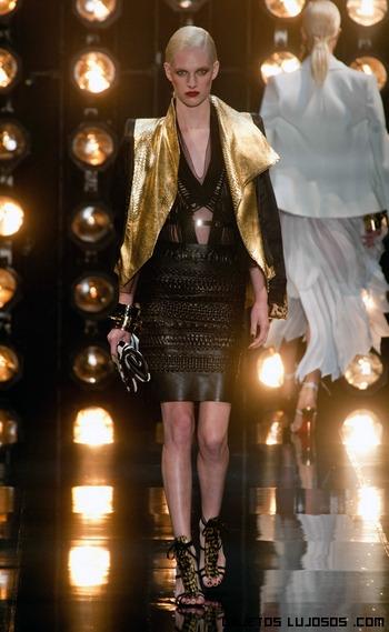 Vestido de cuero y chaqueta dorada