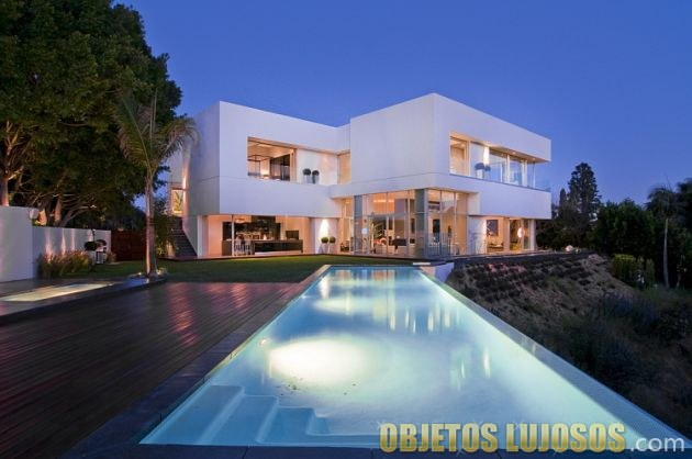 casa lujosa minimalista en blanco