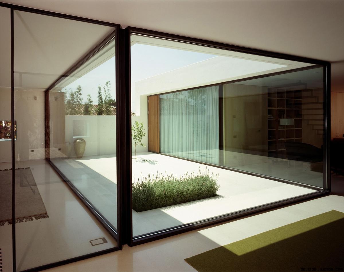 Casa ch un estilo contempor neo - Casas con patio interior ...