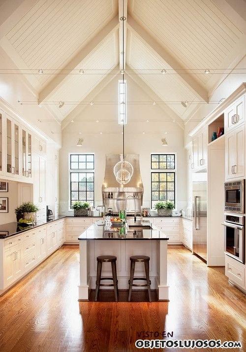 cocina de lujo con techos altos