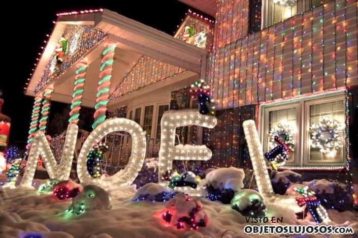 fachada de lujo con decoración navideña