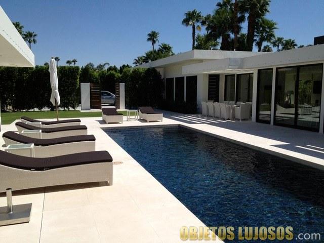 piscina con tumbonas en rancho mirage