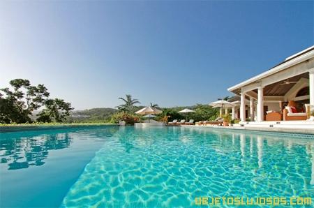 piscina-gigante-en-casa-millonaria